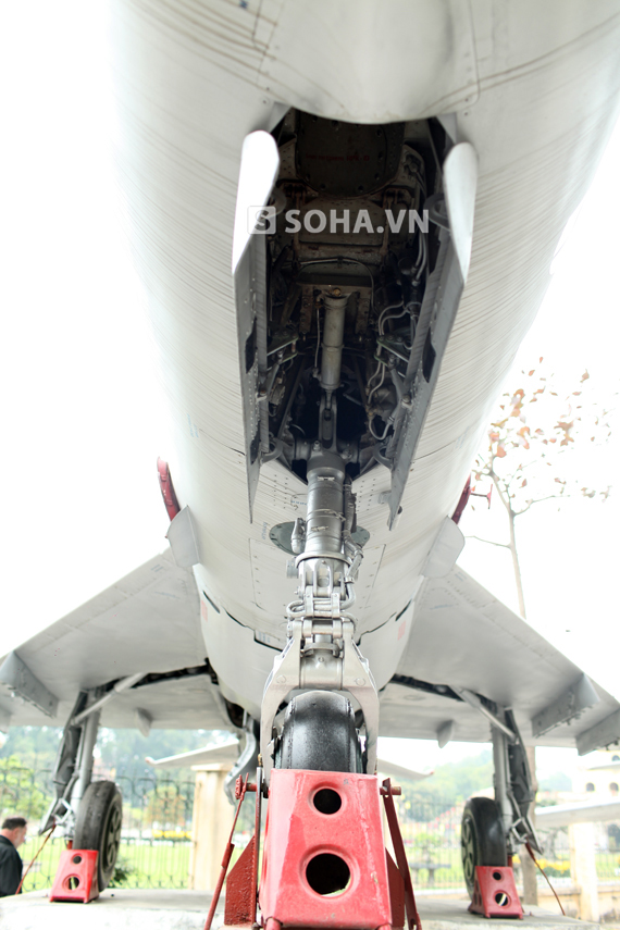 Khoang lốp trước của máy bay