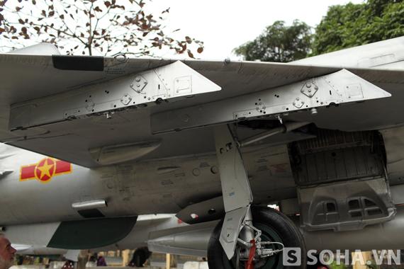 Giá lắp tên lửa bên cánh của máy bay 5121.