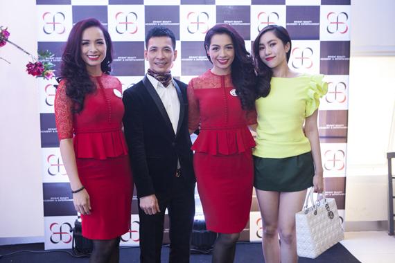 Chuyên gia trang điểm Kenny Thái và cô ca sĩ Huyền Trần Idol cũng đến chúc mừng hai chị em Thuý Hằng - Thuý Hạnh.