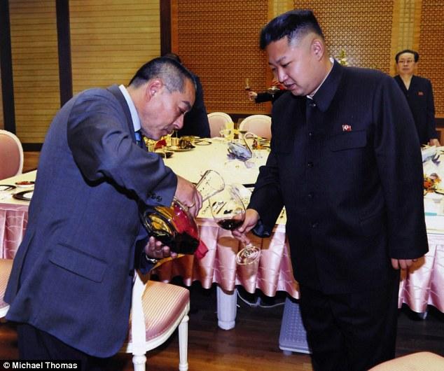 Kenji Fujimoto rót rượu cho Kim Jong Un trong cuộc gặp vào năm 2012.