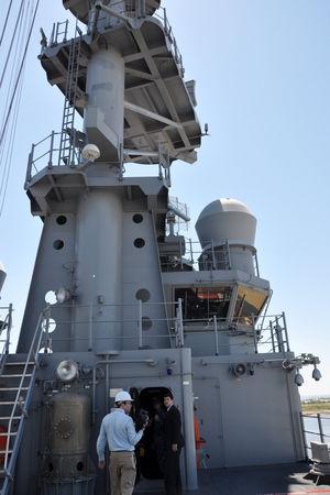 Tàu có thuỷ thủ đoàn đến 1.100 người và có thể tiếp nhận gần 1.900 thuỷ quân lục chiến.