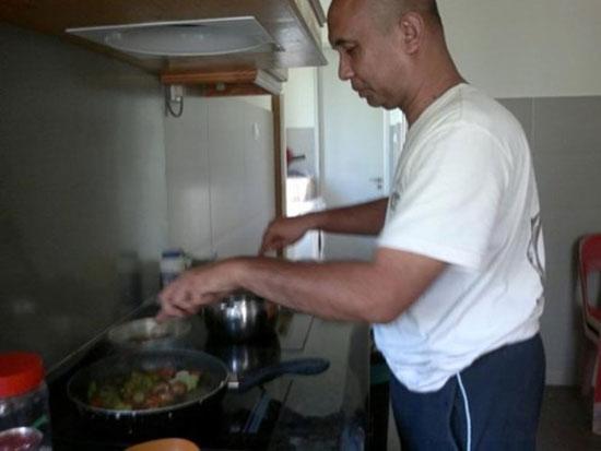 Cơ trưởng Nadia Abd Rahim nấu ăn tại nhà.