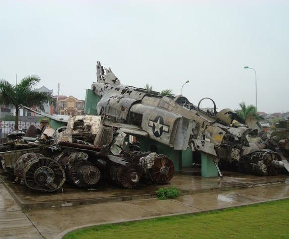 Xác chiếc máy bay F-4 Phantom II của Mỹ được trưng bày tại Việt Nam