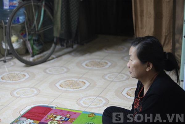 Bà Yến đang chia sẻ với phóng viên trong tâm trạng buồn rầu vì Tết không có Khánh ở nhà.