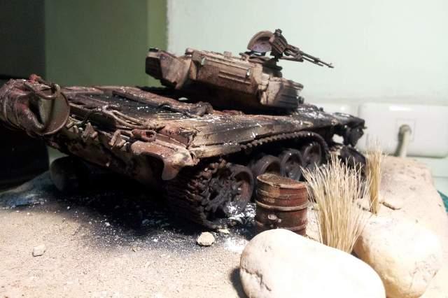 Sa bàn thu nhỏ cảnh xe tăng T72 bị bắn nát