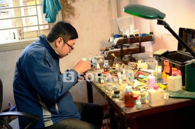 Cứ đi làm về là anh Trần Vũ Thắng lại ngồi vào bàn cặm cụi lắp ráp mô hình
