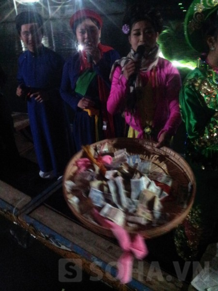 Tuy nhiên, bên cạnh những hình ảnh rất linh thiêng của lễ rước
