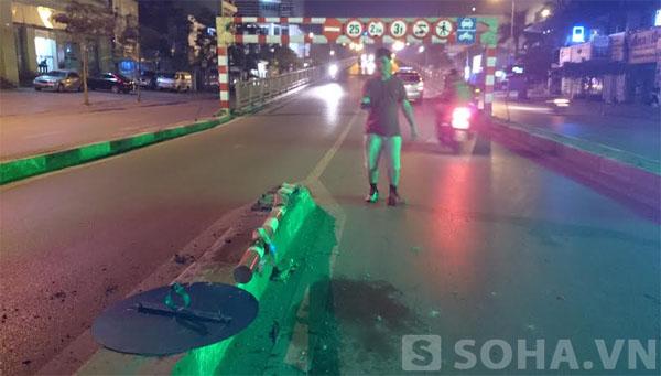 Sau tiếng kêu khá lớn, chiếc biển báo phân làn đường bị đổ rạp xuống mặt đường, khi nhìn ra bên ngoài thì thấy chiếc xe ô tô trên bị nổ lốp nên dừng lại.