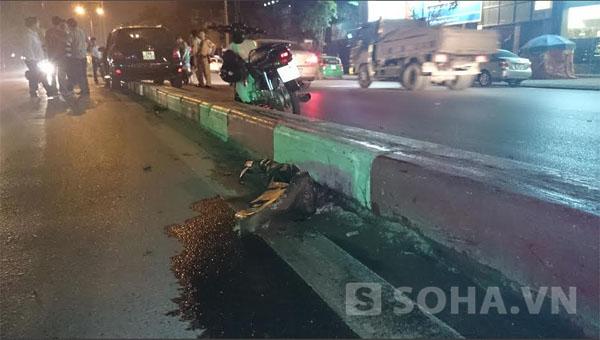 Theo quan sát của phóng viên tại hiện trường, chiếc xe ô tô nằm trên dải phân cách đường, cách vị trí húc đổ cột có biển báo khoảng 40m.