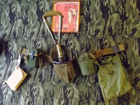 Xẻng gấp cá nhân và các trng bị khác của lính Mỹ được một người dân sưu tầm