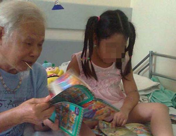 Hình ảnh ông nội và bé Bích lúc còn điều trị trong viện sau khi vụ án xảy ra.
