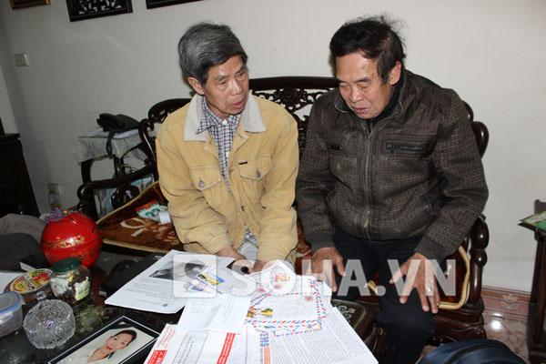 Ông Lê Văn Viễn và ông Lê Văn Thích (chú chị Huyền) bên những bức thư của rất nhiều người từ các nơi gửi về.