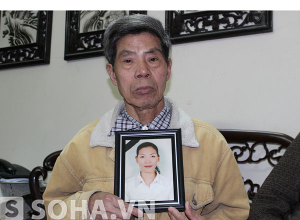 Ông Lê Văn Viễn cầm di ảnh của con gái.