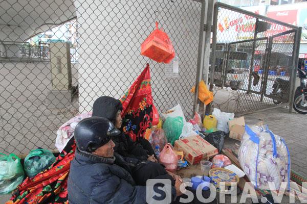 Tổ ấm chốn gầm cầu vượt của đôi vợ chồng già trước khi được đưa về Trung tâm bảo trợ xã hội.