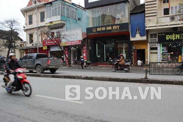 Khoảng gần 5m rải phân cách trên đường Tôn Đức Thắng đã bị chiếc xe ô tô gây tai nạn phá hỏng trước khi chịu dừng lại.