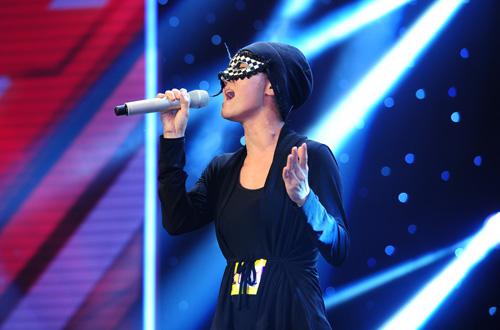 Anh Thúy giả danh Huyền Minh trên sân khấu X Factor khiến khán giả nổi giận.