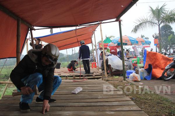 Người dân phải tận dụng bờ ruộng để mở rộng cho việc kinh doanh trong những ngày diễn ra lễ hội tại đền Trần.