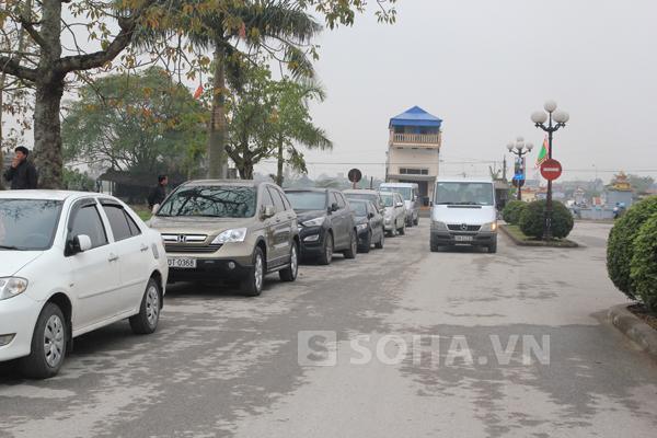 Người dân sẽ phải đi bộ nhiều cây số để vào khu vực Khai ấn.