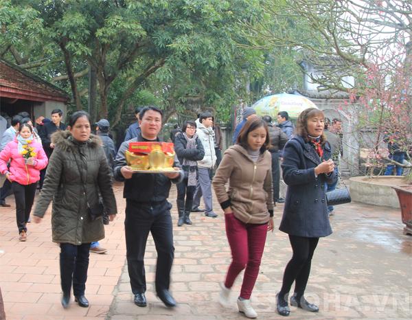 Người dân đi lễ sớm tại Đền Trần, Nam Định.