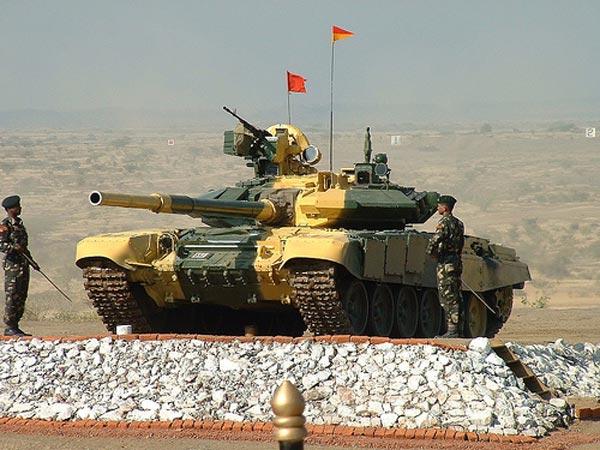 Không lâu sau khi đưa vào sử dụng trong quân đội Nga. T-90 nhanh chóng trở thành mặt hàng xuất khẩu bán chạy nhất của Nga. Tính năng kỹ chiến thuật của T-90 đã thuyết phục Ấn Độ mua giấy phép để sản xuất loại xe tăng này trong nước với tên gọi T-90 Bhisma.