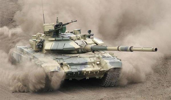 T-90 được đưa vào sử dụng trong quân đội Nga với số lượng hạn chế từ năm 1993. Tuy nhiên, ngay khi đưa vào sử dụng T-90 đã cho thấy sức mạnh vượt trội của nó và quân đội Nga đã đẩy nhanh tốc độ sản xuất. Đến nay gần 1.700 chiếc được sản xuất.