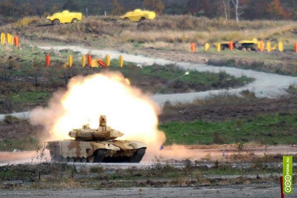Biến thể T-90SM đang phô diễn sức mạnh tại triển lãm RAE-2013.