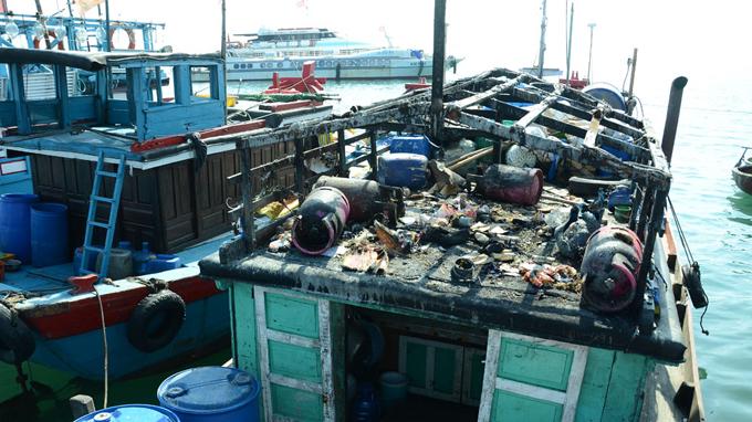 Tàu cá Việt Nam bị tàu Trung Quốc bắn cháy cabin khi đang hoạt động nghề cá bình thường tại ngư trường truyền thống thuộc khu vực quần đảo Hoàng Sa của Việt Nam, tháng 3/2013 (Ảnh Tuổi trẻ)