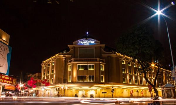 Sau 4 năm đóng cửa, Tràng Tiền Plaza được hồi sinh nhờ sự đầu tư của ông chủ của đế chế hàng hiệu Johnathan Hạnh Nguyễn – bố chồng của Tăng Thanh Hà. Tuy nhiên, sau một thời gian đi vào hoạt động, trung tâm mua sắm đệ nhất Hà thành này đang khá vắng vẻ.
