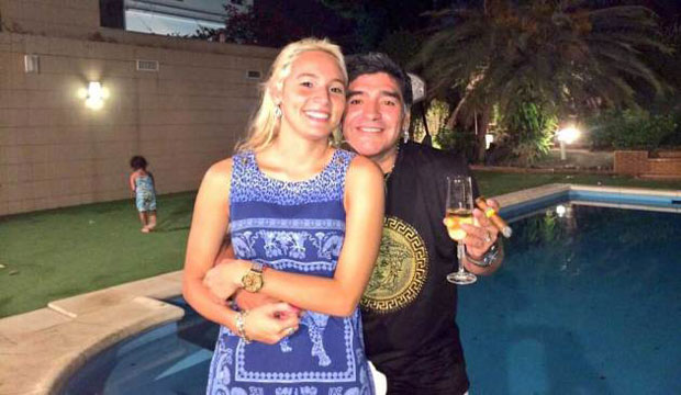 Maradona bên cạnh cô bồ trẻ Dew