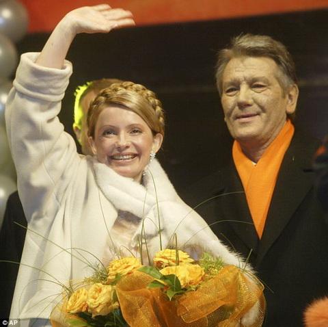 Bà Tymoshenko là đồng thủ lĩnh Cách mạng Cam - cuộc biểu tình rầm rộ ở Ukraine nhằm phản đối kết quả bầu cử năm 2004 khi ông Viktor Yanukovych được bầu là Tổng thống. Trong ảnh là bà Tymoshenko và ông Viktor Yushchenko, đồng minh của mình trong cuộc Cách mạng này.