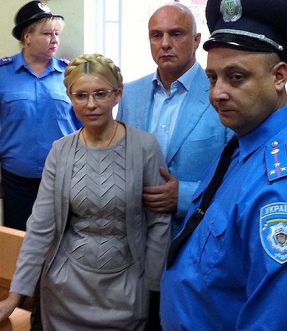 Thoả thuận giải quyết tranh chấp với Nga năm 2009 này đã bị Liên minh châu Âu EU và một số tổ chức quốc tế khác chỉ trích và khiến bà phải hầu toà. Bà bị tuyên án 7 năm tù vì tội danh lạm dụng chức vụ.