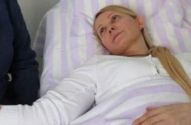 Khác với hình ảnh quyến rũ trên chính trường, bà Tymoshenko trong tình trạng sức khoẻ yếu vì nhiều ngày tuyệt thực và bị thương trong tù.