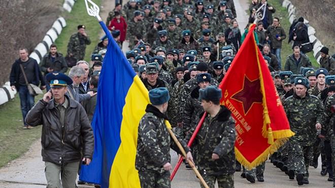 Binh sĩ Ukraine tiến về sân bay Belbek để làm nhiệm vụ