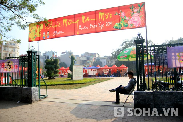 Từ khi được di dời vào khu vực Hồ Văn, khung cảnh khá vắng cho tới chiều 30 Tết.