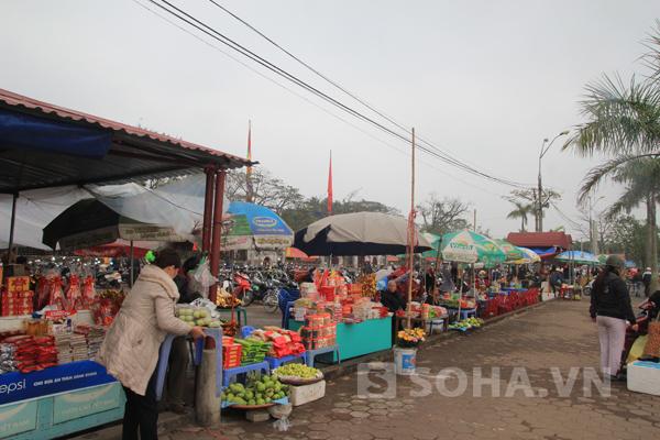 Hàng quán đã được bố trí kín hai bên đường vào khu vực đền chính