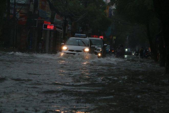 15 hình ảnh chìm trong biển nước sau mưa lớn ở TP HCM và Hà Nội - Ảnh 7.