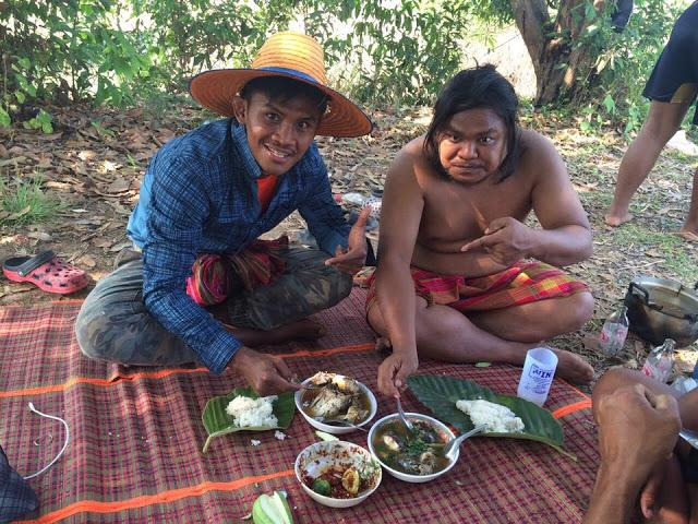 Thánh Muay Thái đi mò tôm, bắt cá, sống như Tarzan tại VN - Ảnh 8.