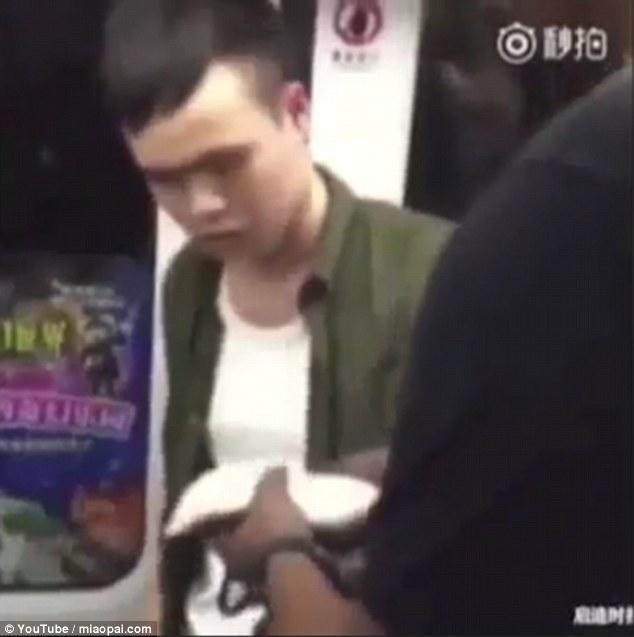 Lăng mạ du khách da màu, thanh niên Trung Quốc nhận cái kết đắng - Ảnh 2.