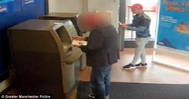 Cô gái trẻ hồn vía lên mây khi bị cướp xồ vào uy hiếp tại cây ATM - Ảnh 10.