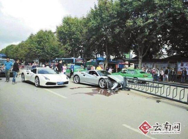 Siêu xe Ferrari tự lao đầu vào dải phân cách vì lý do khó ngờ - Ảnh 1.