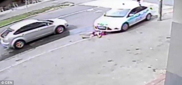 Bé gái bị hất tung, nằm gọn dưới gầm xe sau tai nạn kinh hoàng - Ảnh 2.