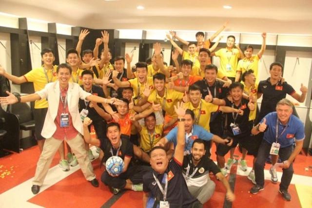 Sao U19 Việt Nam tiết lộ về đêm sau chiến thắng lịch sử - Ảnh 2.
