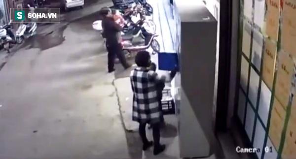 Tủ để đồ trong siêu thị bất ngờ đổ sập, cậu bé 6 tuổi tử vong ngay sau tiếng cười giòn tan - Ảnh 2.