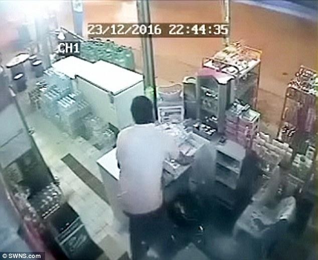Xe tải lao vào cửa hàng với tốc độ ánh sáng, thật khó tin ông chủ vẫn sống sót - Ảnh 2.