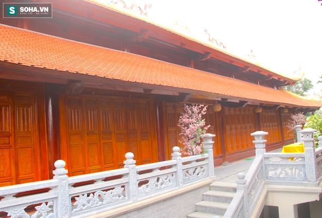 Những pho tượng dát vàng trong đền thờ độc đáo bậc nhất Việt Nam - Ảnh 12.