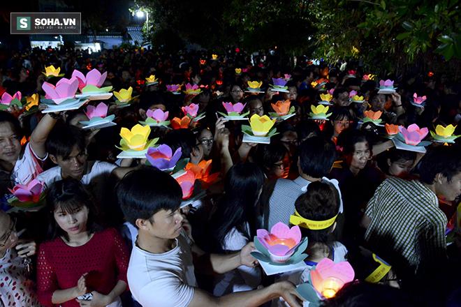 Hàng nghìn ngọn hoa đăng lung linh trên sông Sài Gòn - Ảnh 4.
