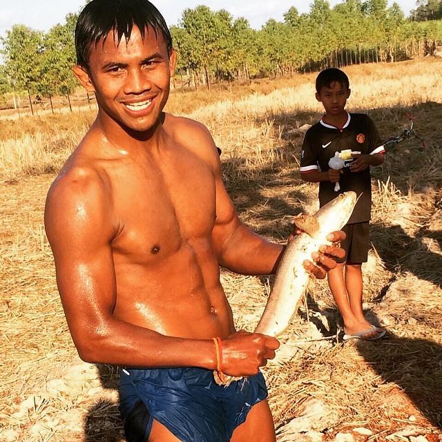 Thánh Muay Thái đi mò tôm, bắt cá, sống như Tarzan tại VN - Ảnh 6.