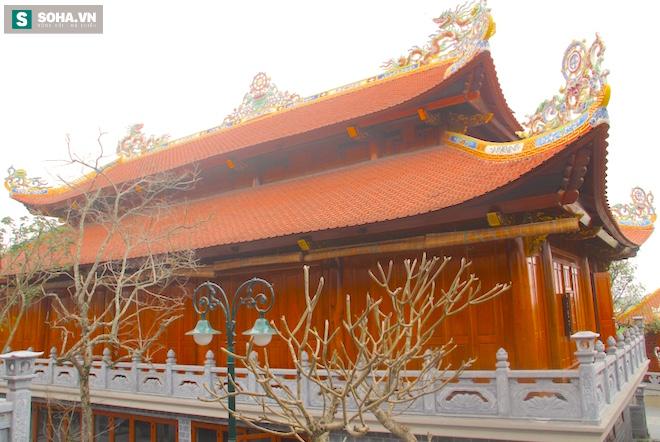 Những pho tượng dát vàng trong đền thờ độc đáo bậc nhất Việt Nam - Ảnh 13.