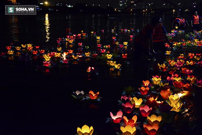 Hàng nghìn ngọn hoa đăng lung linh trên sông Sài Gòn - Ảnh 7.