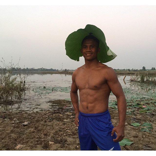 Thánh Muay Thái đi mò tôm, bắt cá, sống như Tarzan tại VN - Ảnh 7.
